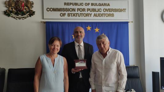 Проф. Огнян Симеонов връчи почетен плакет на г-н Стефан  Белчев